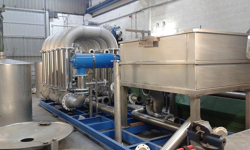 Depósito rectangular con refuerzos laterales y patas en acero inox | Trabajos en acero inoxidable a medida para el tratamiento de aguas residuales | ITM INOX